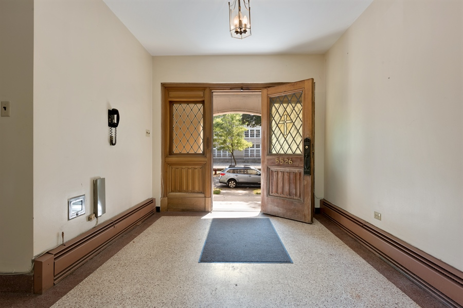 Real Estate Photography - 5526 N Magnolia, 1, Chicago, IL, 60640 - Foyer