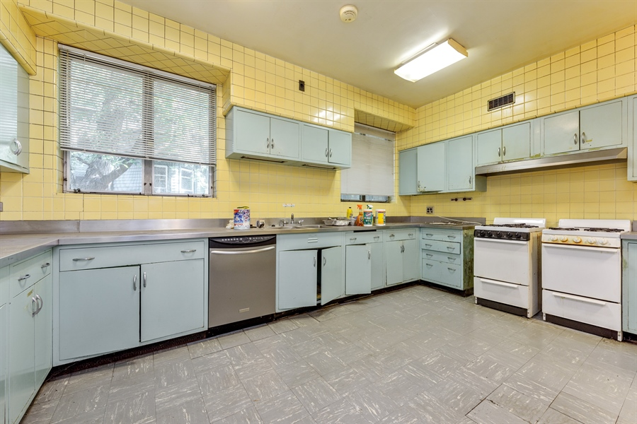 Real Estate Photography - 5526 N Magnolia, 1, Chicago, IL, 60640 - Kitchen