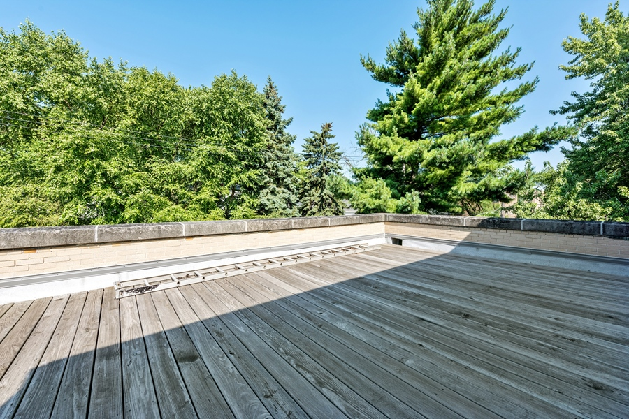 Real Estate Photography - 5526 N Magnolia, 1, Chicago, IL, 60640 - Deck