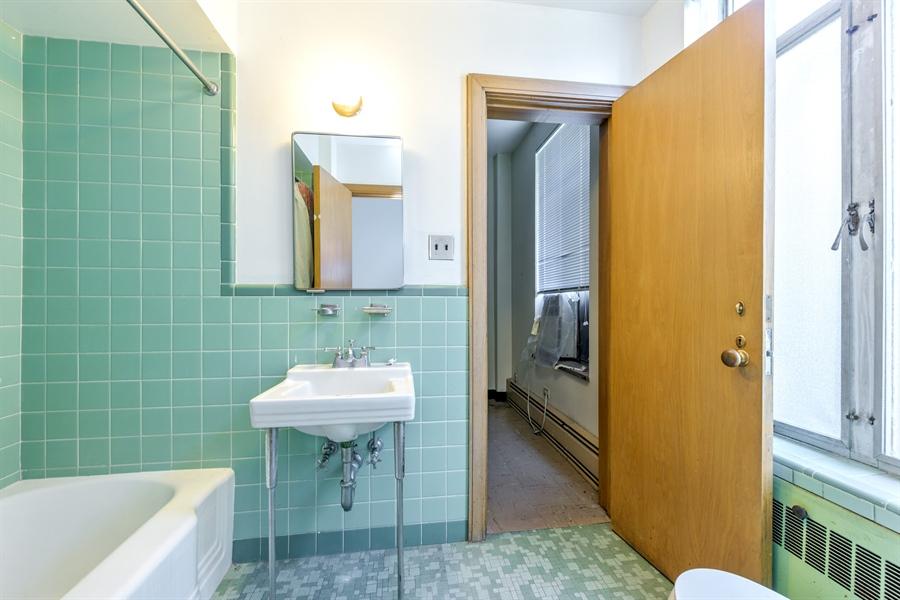 Real Estate Photography - 5526 N Magnolia, 1, Chicago, IL, 60640 - Bathroom