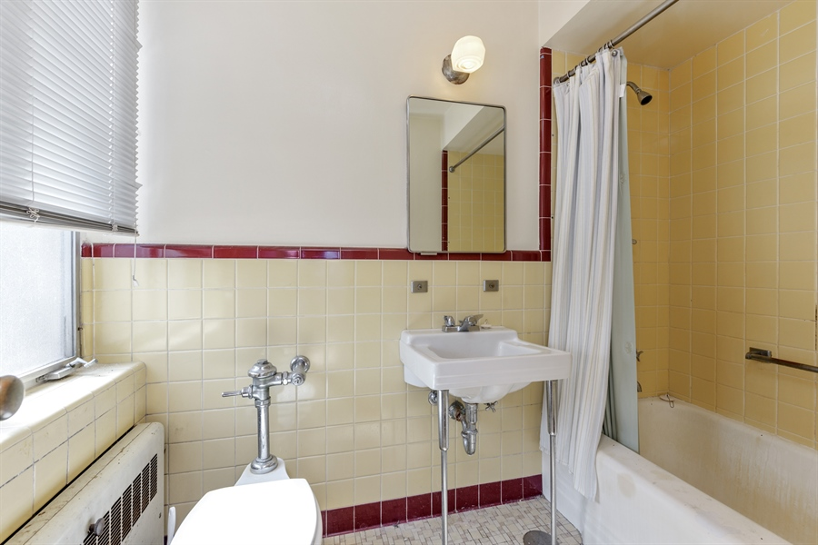 Real Estate Photography - 5526 N Magnolia, 1, Chicago, IL, 60640 - 2nd Bathroom