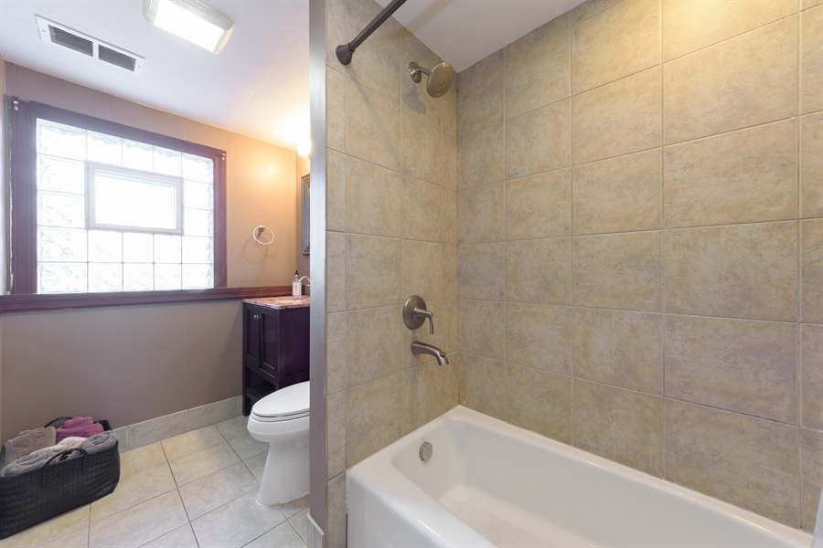 Real Estate Photography - 1450 Gentry, Hoffman Estates, IL, 60169 - 2nd Bathroom