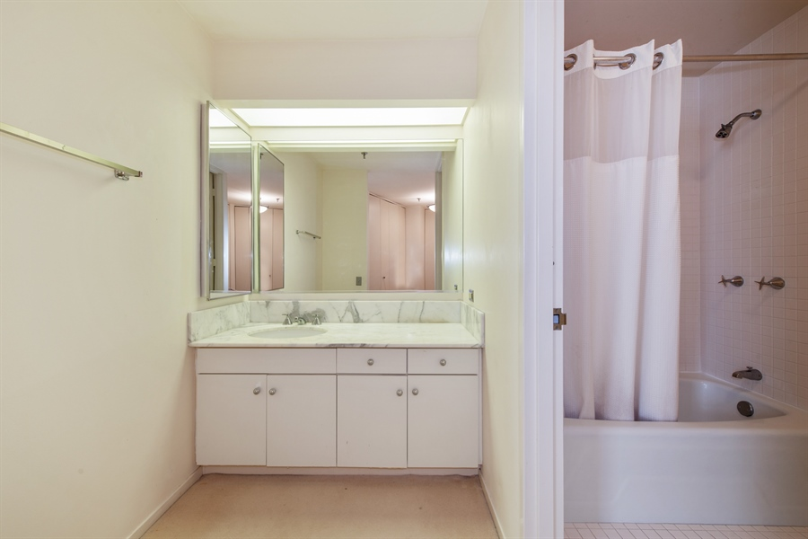 Real Estate Photography - 680 N Lake Shore Dr, 705, Chicago, IL, 60611 - 2nd Bathroom
