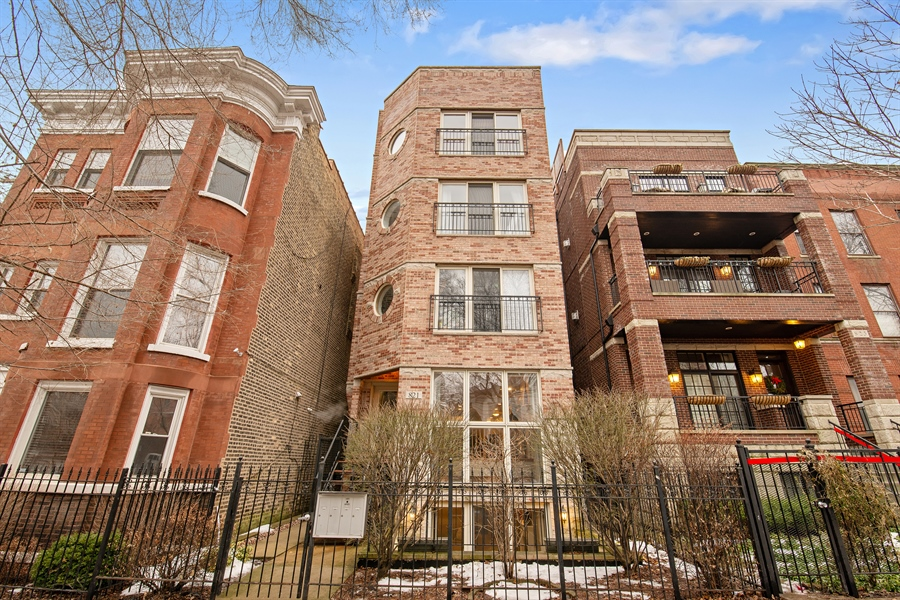 Real Estate Photography - 821 W Aldine, 1, Chicago, IL, 60657 - Front View