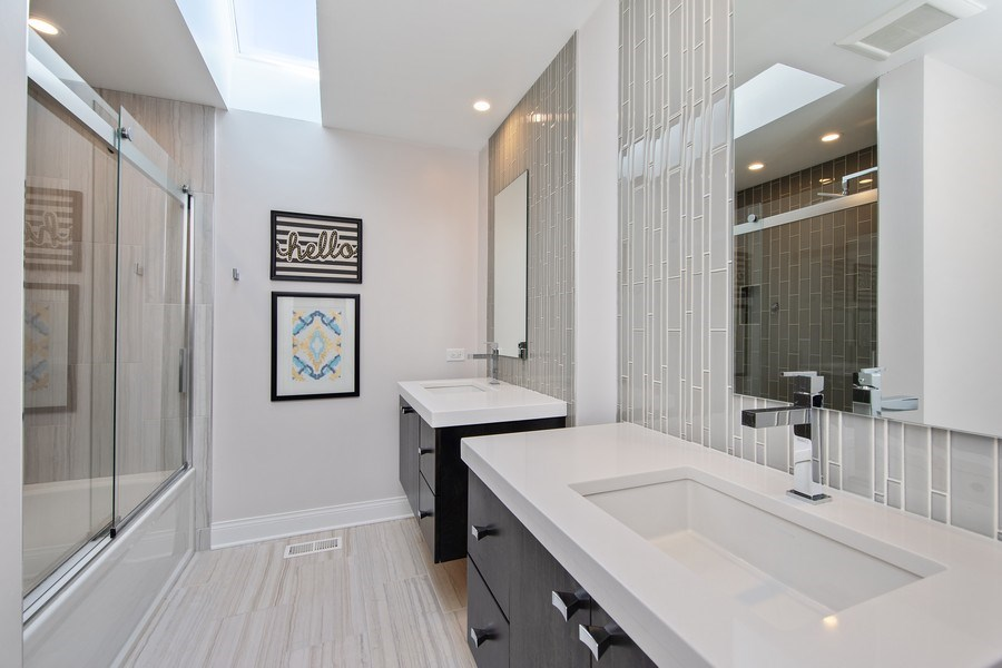 Real Estate Photography - 1500 Burberry Lane, Schaumburg, IL, 60173 - 2nd Bathroom