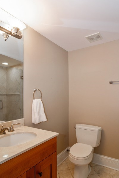 Real Estate Photography - 2549 N. Southport, 2, Chicago, IL, 60614 - Bathroom