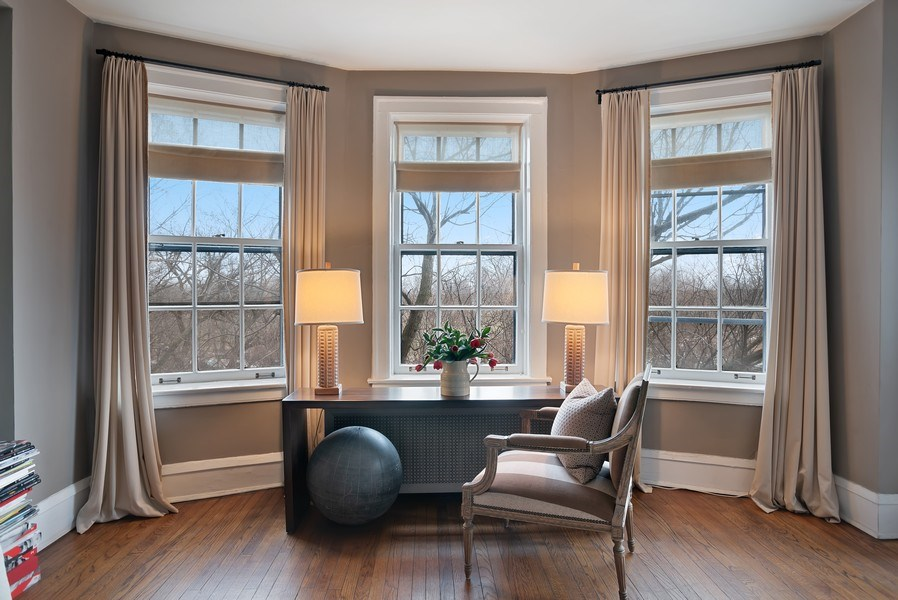 Real Estate Photography - 2600 North Lakeview Avenue, #4E, Chicago, IL, 60614 - SOFT BAY IN LR OFFERS VIEWS OF PARK & LAKE