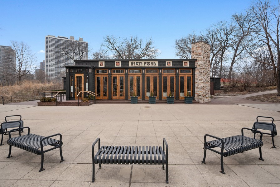 Real Estate Photography - 2600 North Lakeview Avenue, #4E, Chicago, IL, 60614 - RENOWNED CAFE RIGHT ACROSS THE STREET!!