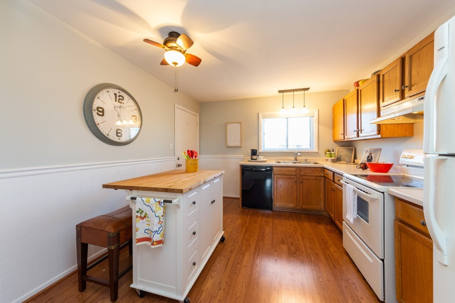 Real Estate Photography - 2219 Nichols, #E, Arlington Heights, IL, 60004 - Kitchen