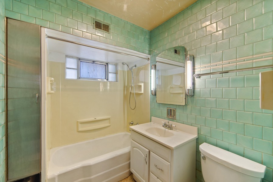 Real Estate Photography - 2512 W Cullom, Chicago, IL, 60641 - 2nd Bathroom