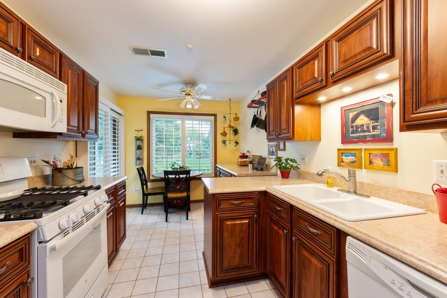 Real Estate Photography - 1723 W. HAWKES STREET, Unit 1, ARLINGTON HEIGHTS, IL, 60004 - Kitchen / Breakfast Room