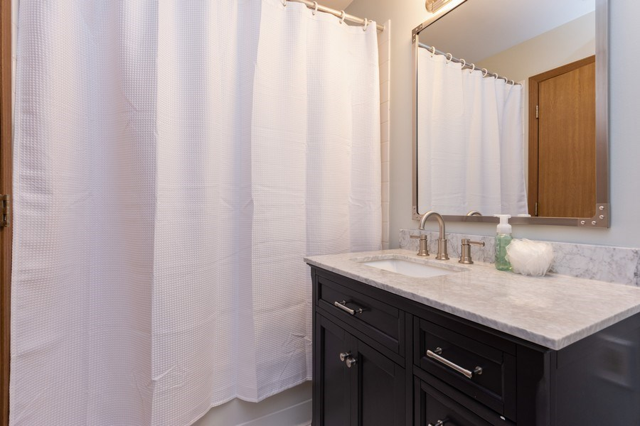 Real Estate Photography - 1723 W. HAWKES STREET, Unit 1, ARLINGTON HEIGHTS, IL, 60004 - 2nd Bathroom