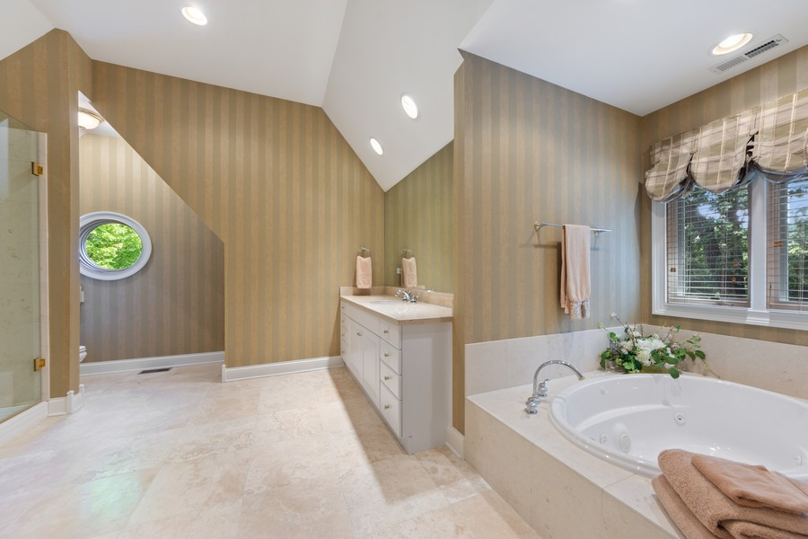 Real Estate Photography - 14 Riderwood, North Barrington, IL, 60010 - 4th Bedroom Ensuite Bath