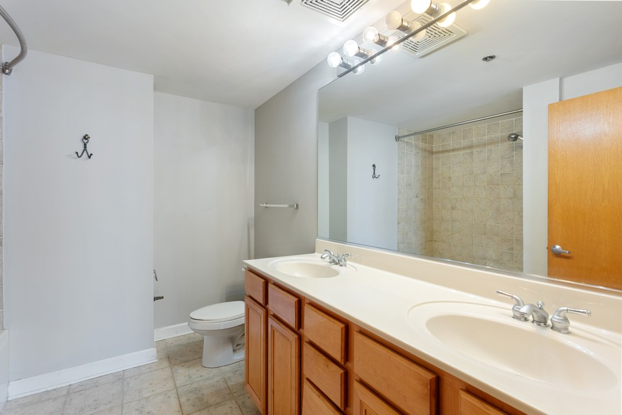 Real Estate Photography - 5 E 14th Place, Unit 1101, Chicago, IL, 60605 - Bathroom