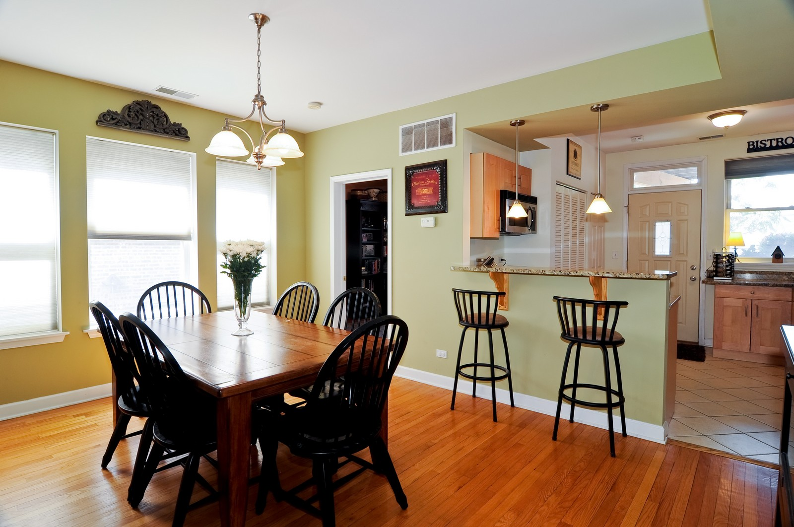 Real Estate Photography - 4912 N. St. Louis Ave, 2S, Chicago, IL, 60625 - Kitchen / Dining Room