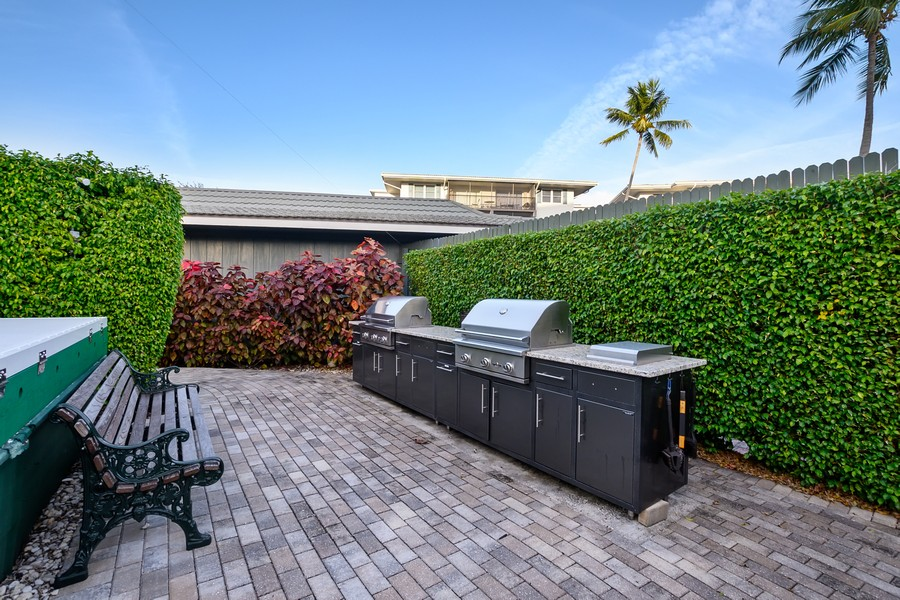 Real Estate Photography - 3410 Gulf Shore Blvd N, 301, Naples, FL, 34103 - Grilling area