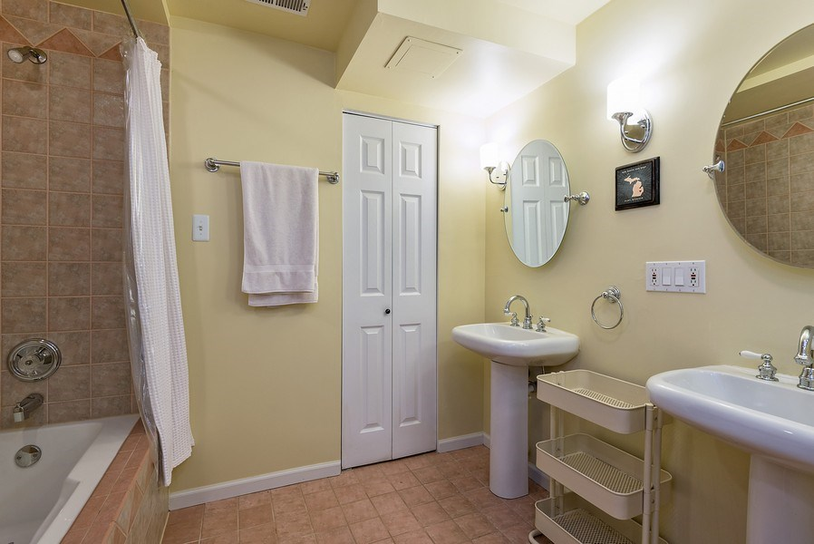 Real Estate Photography - 4822 N Winchester, 1N, Chicago, IL, 60625 - Dual vanity master bath, separate tub/ shower