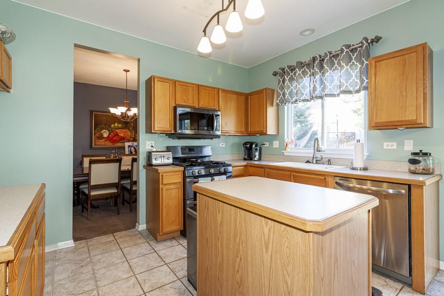 Real Estate Photography - 2021 Lyndhurst, Aurora, IL, 60503 - Kitchen