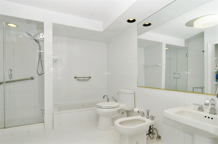 Real Estate Photography - 100 Lincoln RD, 643, Miami Beach, FL, 33139 - Master Bathroom