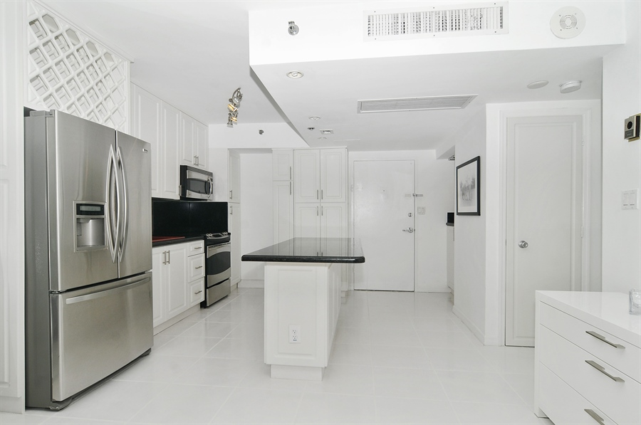 Real Estate Photography - 100 Lincoln RD, 643, Miami Beach, FL, 33139 - Kitchen