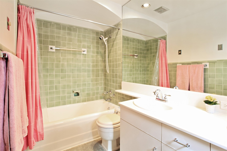 Real Estate Photography - 1417 Scott Ave, Winnetka, IL, 60093 - Bathroom
