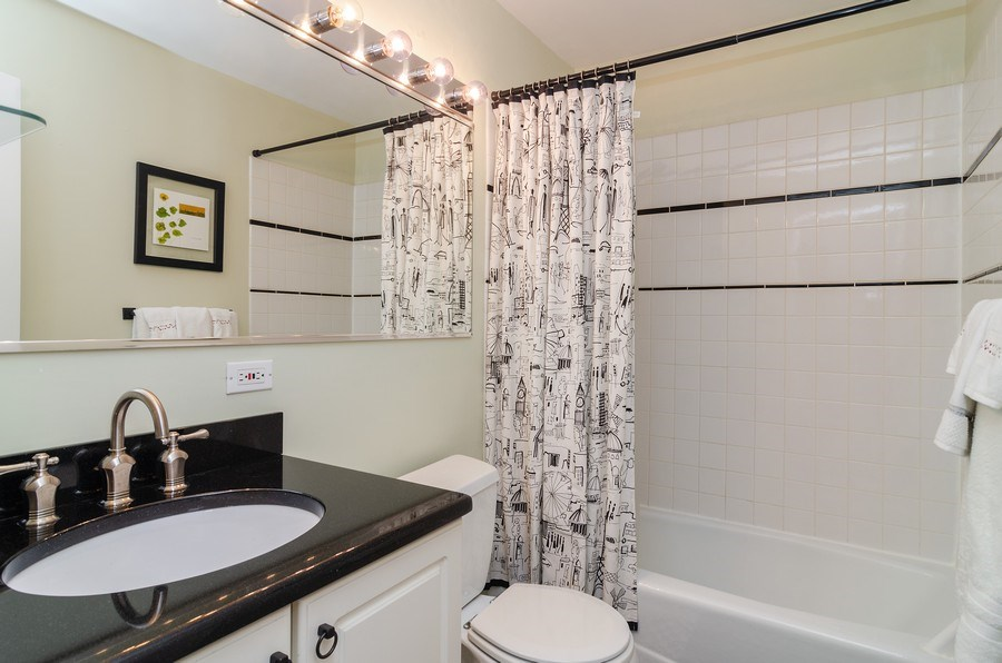 Real Estate Photography - 1914 N. Sheffield Ave., 1, Chicago, IL, 60614 - Bathroom