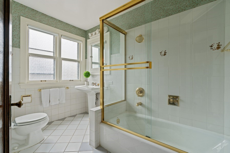 Real Estate Photography - 5016 S Greenwood, Chicago, IL, 60615 - 2nd Bathroom