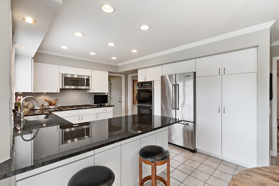 Real Estate Photography - 1039 N Derbyshire Ave, Arlington Heights, IL, 60004 - Kitchen