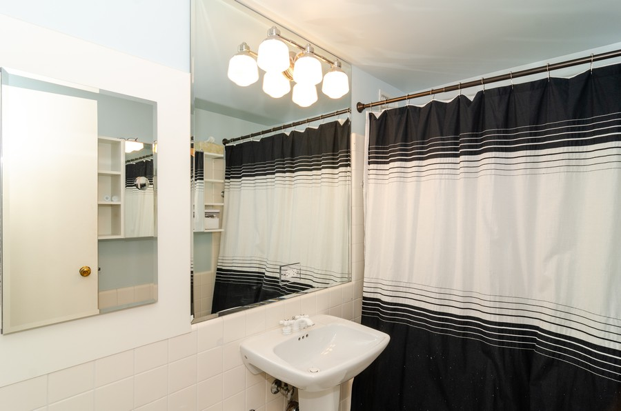 Real Estate Photography - 1350 N. Astor St. #10B, Chicago, IL, 60611 - 2nd Bathroom