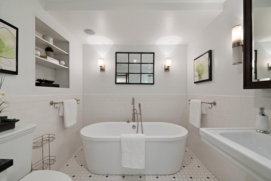 Real Estate Photography - 1234 N Dearborn St, Unit GR, Chicago, IL, 60610 - Master Bath and Tub