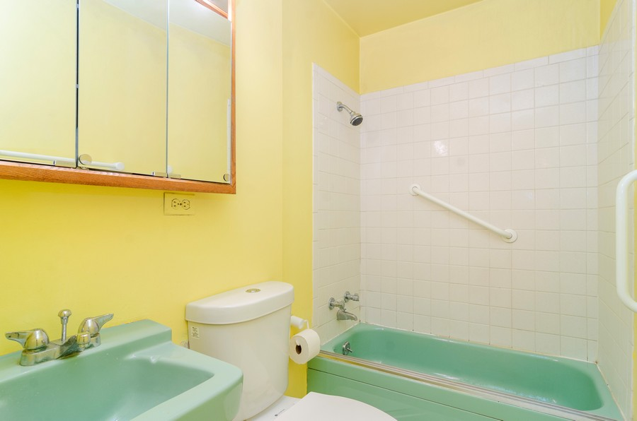 Real Estate Photography - 1844 N Mohawk St, Unit A, Chicago, IL, 60614 - 2nd Bathroom