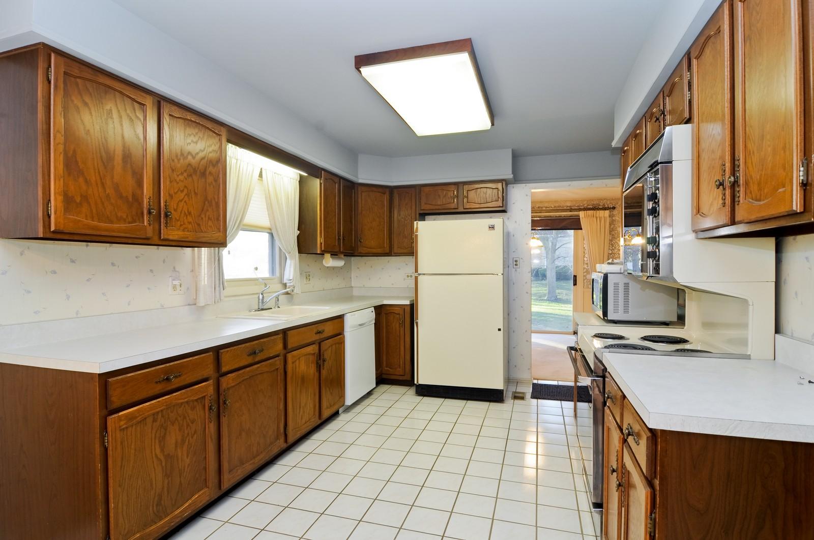 Real Estate Photography - 540 Brighton Ln, Palatine, IL, 60067 - Kitchen
