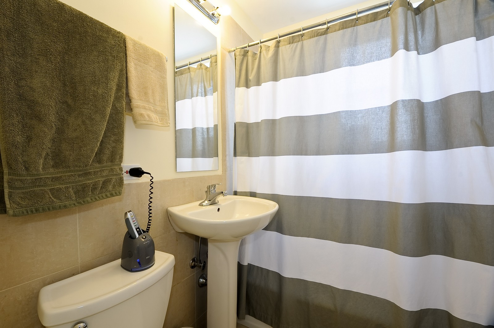 Real Estate Photography - 4630 North Beacon, #4B, Chicago, IL, 60640 - Bathroom