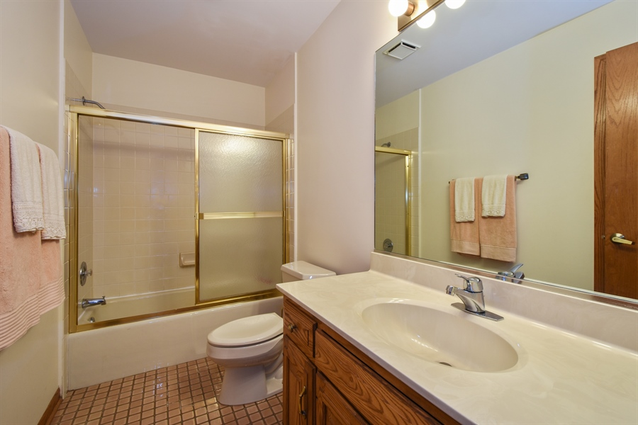 Real Estate Photography - 7 Mohawk Court, South Barrington, IL, 60010 - 2nd Level Hall Full Bath
