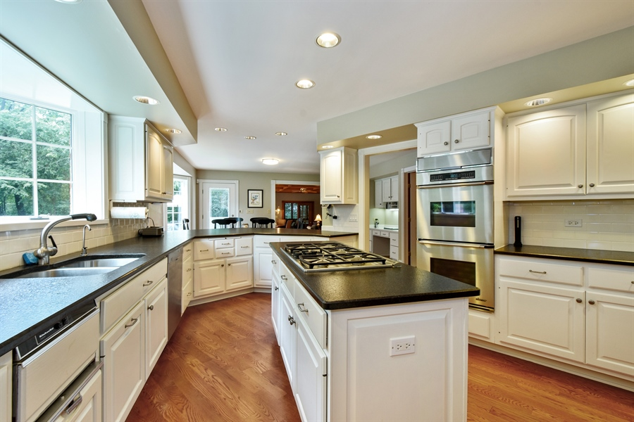 Real Estate Photography - 120 Dunrovin Dr, Barrington Hills, IL, 60010 - Kitchen