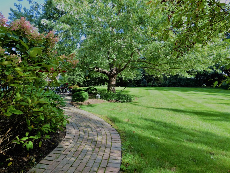 Real Estate Photography - 425 W. Sunset Rd., Barrington, IL, 60010 - Side Walkway