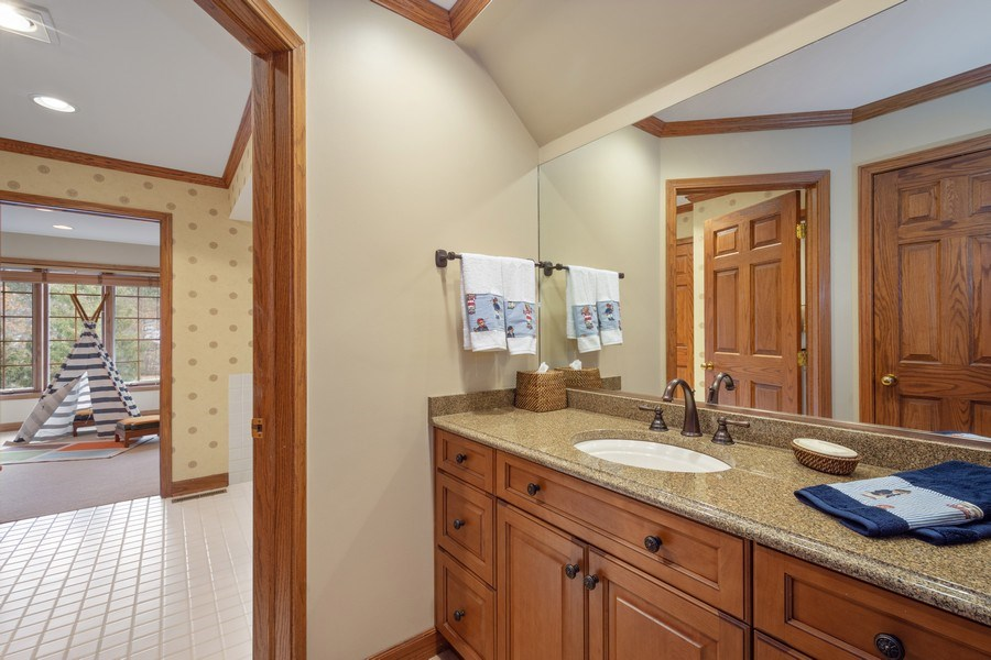 Real Estate Photography - 246 Oak Knoll Rd., Barrington HIlls, IL, 60010 - Jack & Jill bath for 3rd & 4th Bedrooms