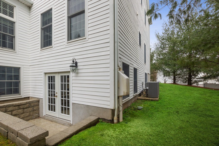Real Estate Photography - 1B Summerland Lane, Briarcliff Manor, NY, 10510 - Side Yard