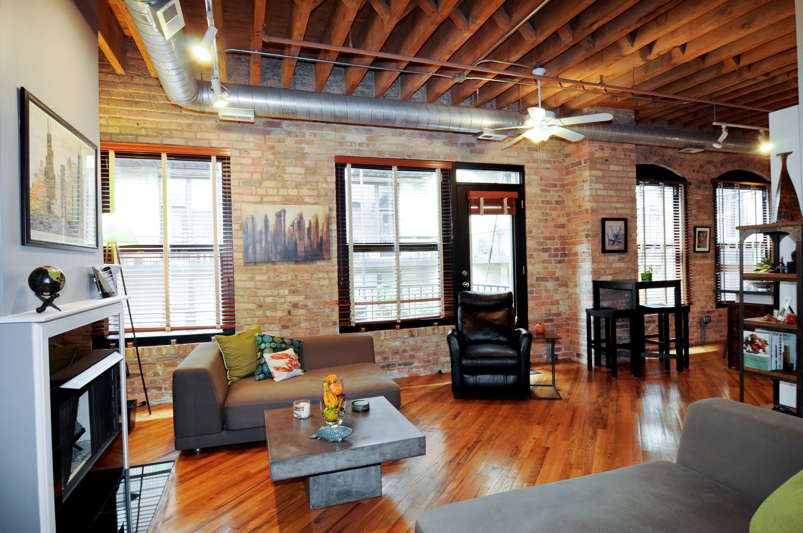 Real Estate Photography - 226 N Clinton, Apt 427, Chicago, IL, 60661 - Living Room