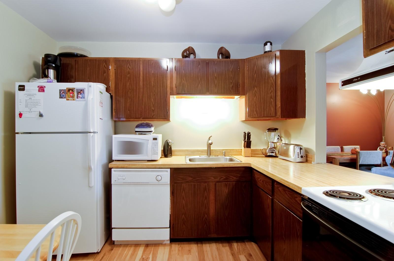 Real Estate Photography - 640 Perrie Dr, Unit 301, Elk Grove Village, IL, 60007 - Kitchen