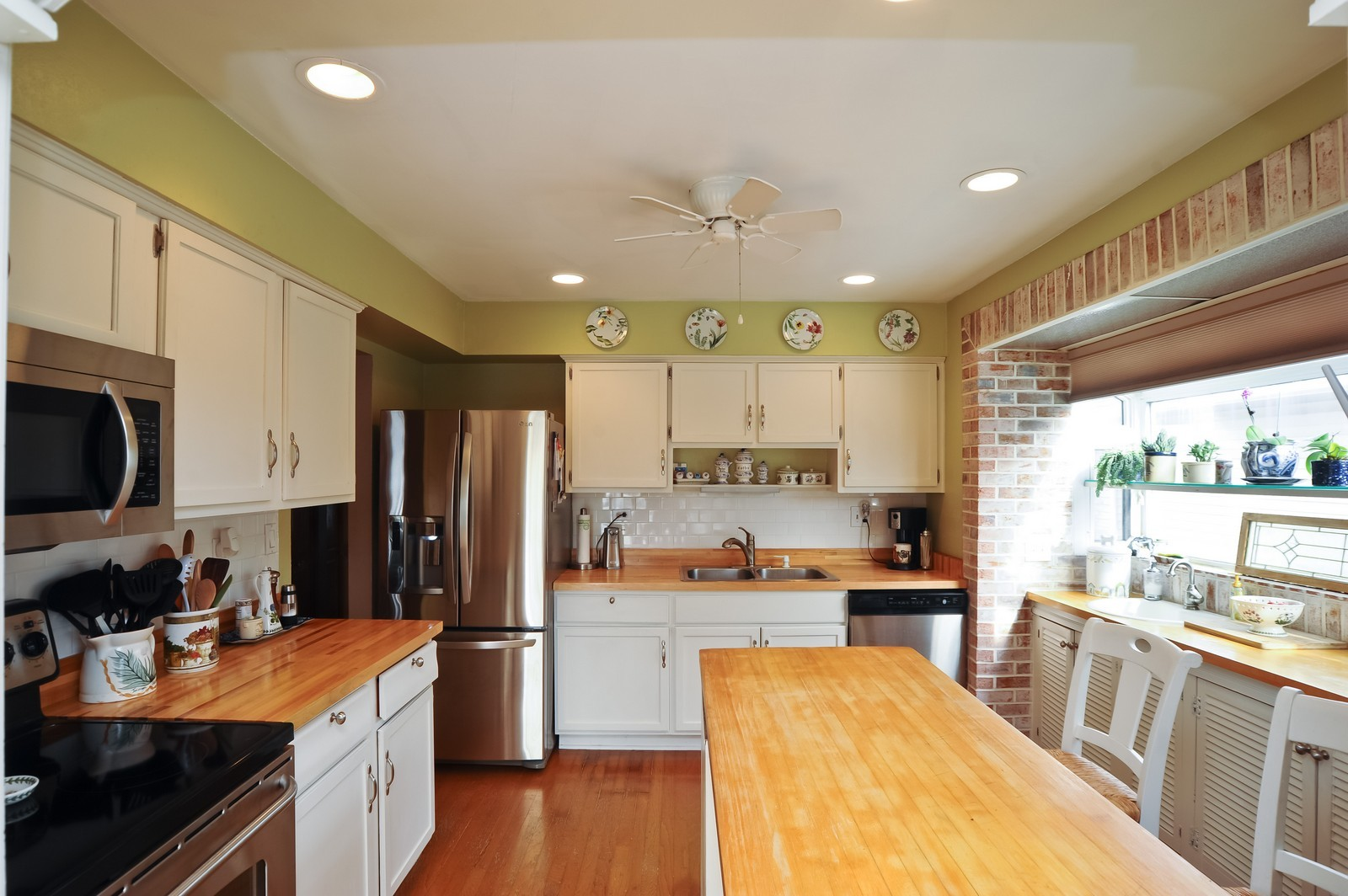 Real Estate Photography - 3 E Hintz, Arlington Heights, IL, 60004 - Kitchen