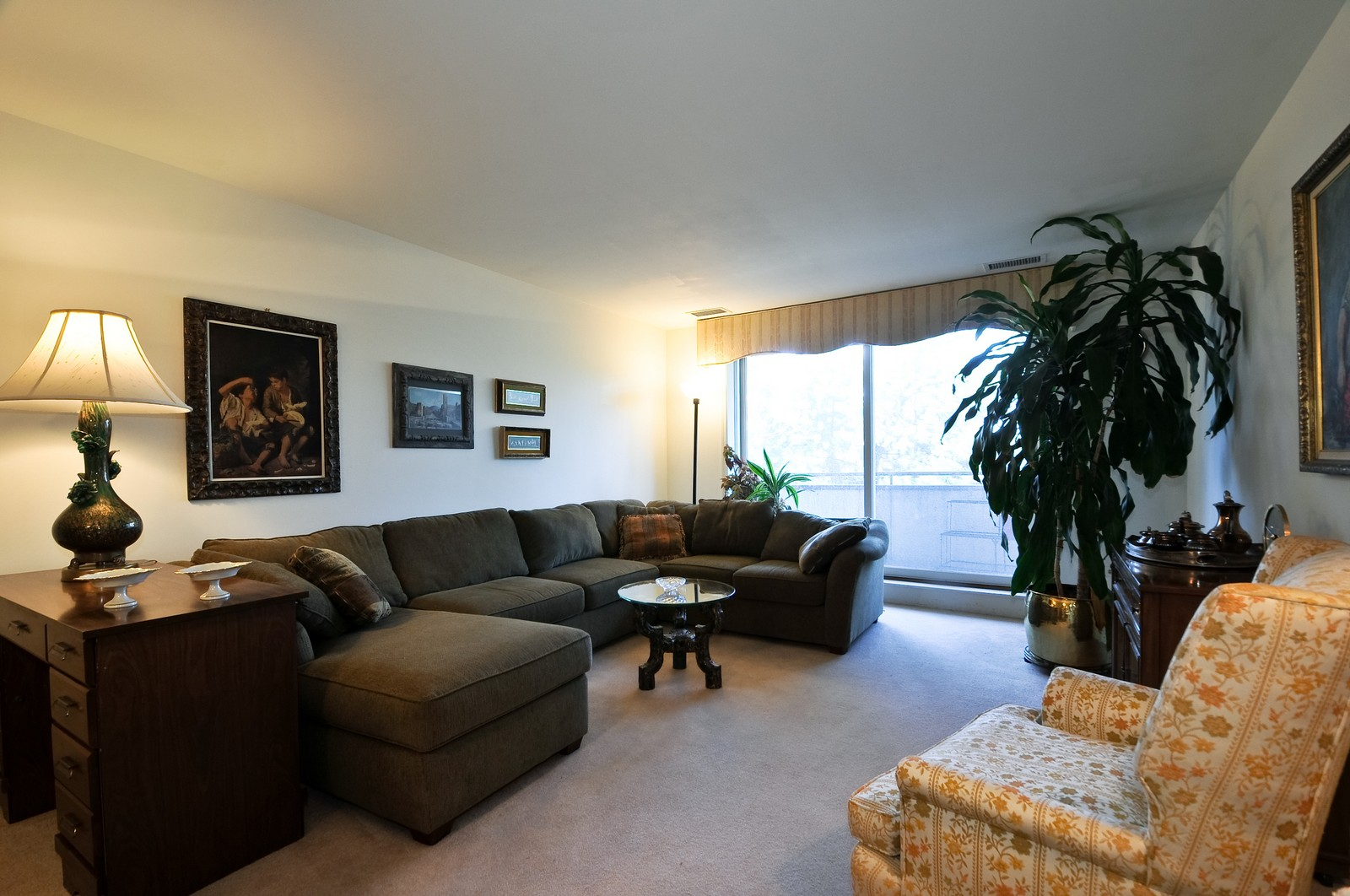 Real Estate Photography - 6400 N Cicero, Lincolnwood, IL, 60712 - Living Room