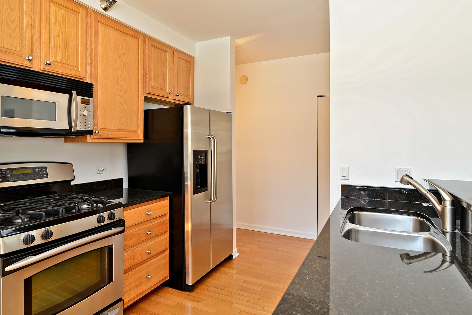 Real Estate Photography - 1111 S Wabash, Apt 703, Chicago, IL, 60605 - Kitchen