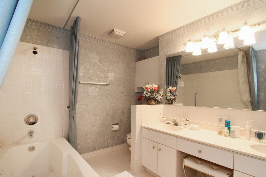 Real Estate Photography - 501 Lake Hinsdale, Unit 511, Willowbrook, IL, 60527 - Master Bathroom