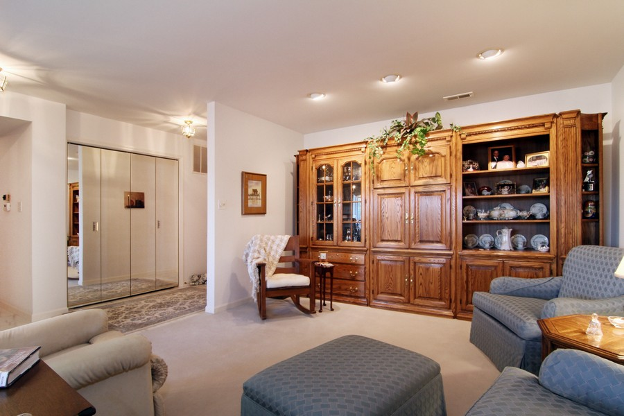 Real Estate Photography - 501 Lake Hinsdale, Unit 511, Willowbrook, IL, 60527 - Library