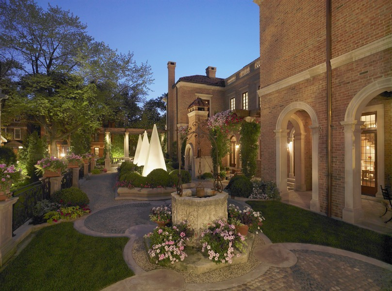 Real Estate Photography - 1955 N Burling, Chicago, IL, 60614 - Side Garden, Evening View