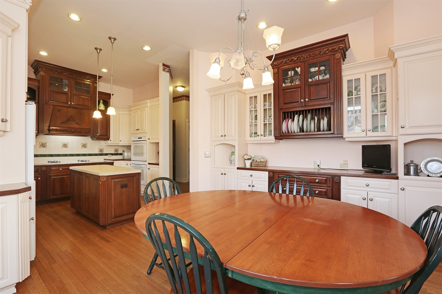 Real Estate Photography - 5324 Turvey Court, Downers Grove, IL, 60515 - Kitchen / Breakfast Room