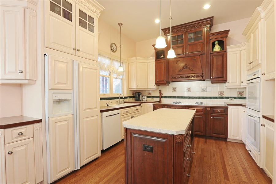 Real Estate Photography - 5324 Turvey Court, Downers Grove, IL, 60515 - Kitchen