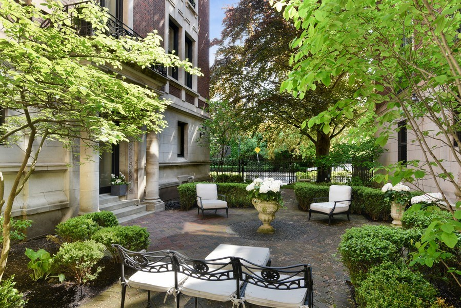 Real Estate Photography - 1340 N State St, #3S, Chicago, IL, 60610 - Building Courtyard