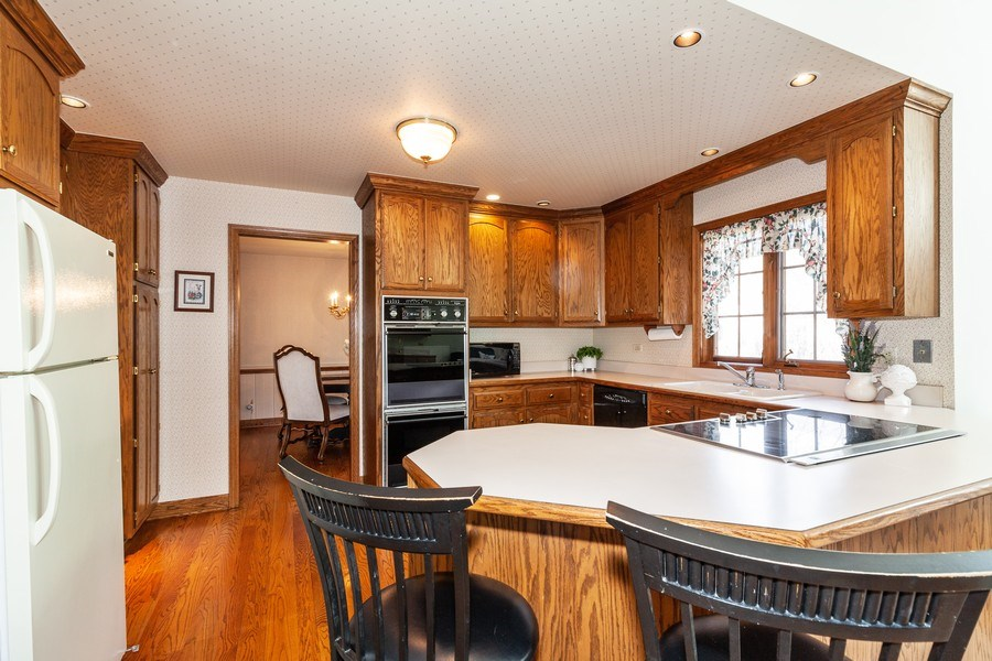 Real Estate Photography - 10 Tartan Ridge Rd, Burr Ridge, IL, 60527 - Kitchen